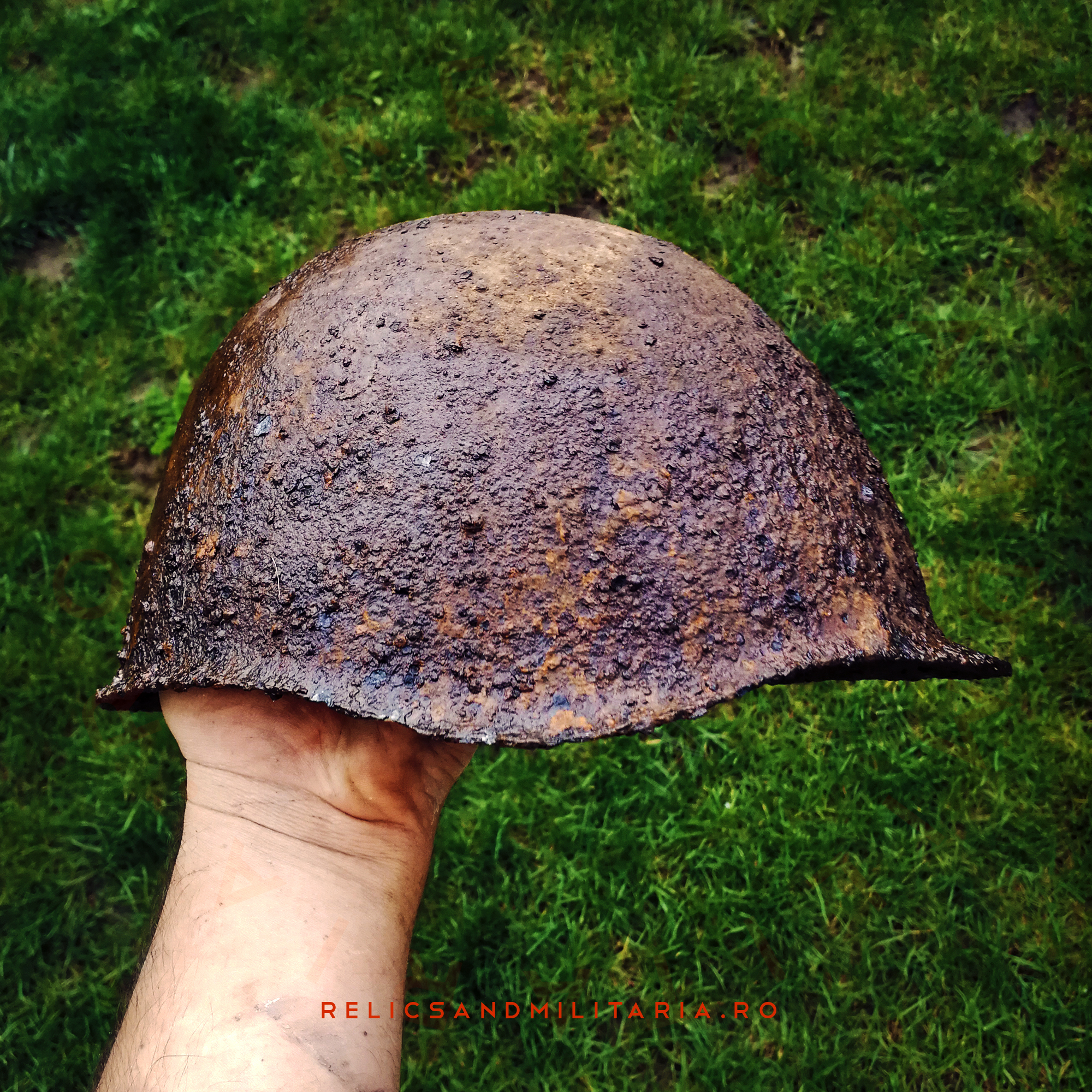 Cleaning a rusted Russian ssh-40 relic helmet found in Romania